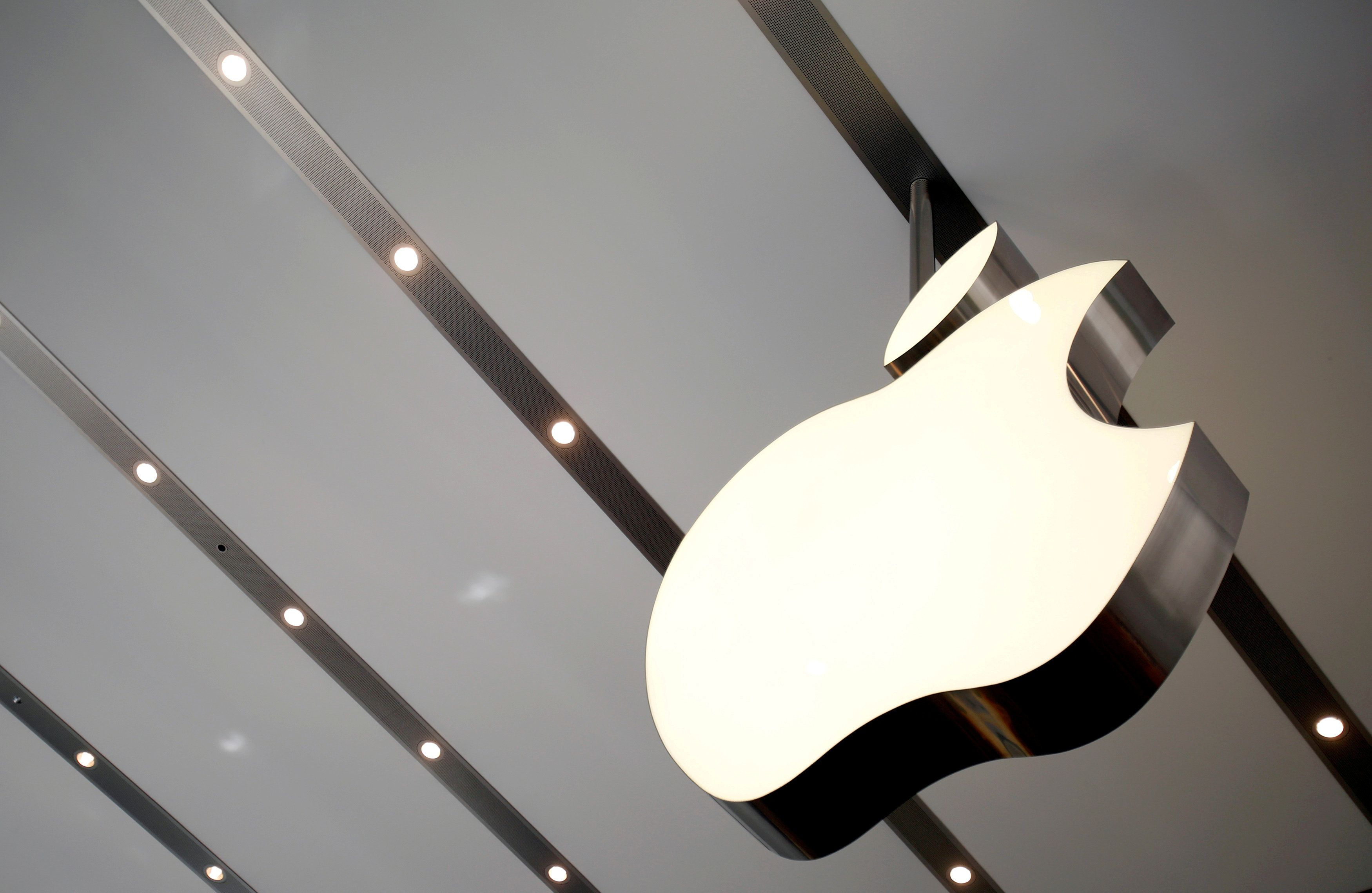 Apple's market value hits $1 trillion [Video]